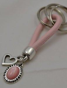 Porte-clés rose avec coeur et cabochon